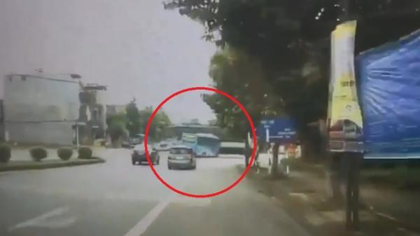 """Clip: Kinh hoàng """"hung thần"""" tông văng xe khách ngay giữa ngã tư"""
