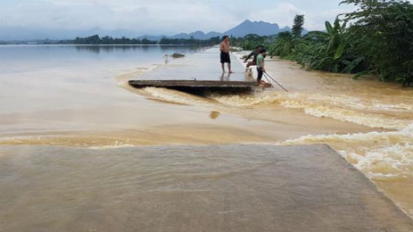 Hà Nội: Vỡ đê sông Bùi, nước ngập sát nóc nhà dân
