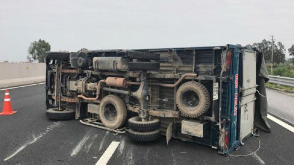 Tài xế quê Vĩnh Phúc kể lại giây phút thót tim khi xe tải nổ lốp, lật ngang trên cao tốc Hà Nội - Hải Phòng