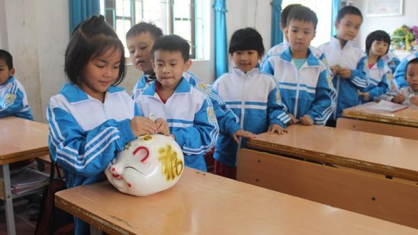 """Học sinh Vĩnh Phúc nô nức """"nuôi"""" heo đất giúp đỡ các bạn nhỏ đón Tết"""