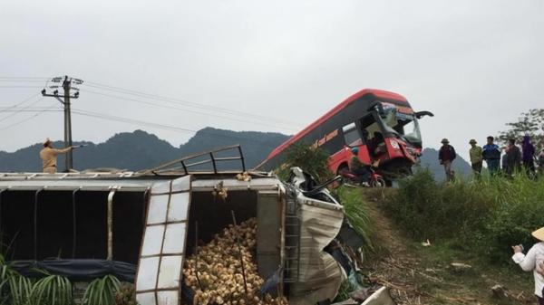 Xe khách va chạm xe tải khiến hai bố con người Vĩnh Phúc bị thương nặng, mắc kẹt trong cabin