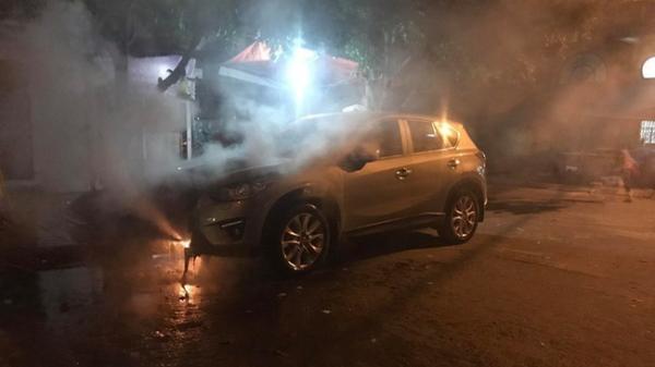 Đỗ trên viên than tổ ong, Mazda CX-5 bị cháy gầm và đầu xe