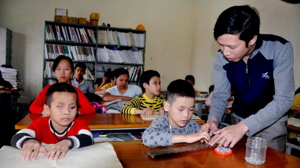 Cảm động hình ảnh thầy giáo trẻ Vĩnh Phúc cần mẫn đem lại niềm vui cho học sinh khuyết tật