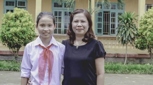 Cảm động hình ảnh cô giáo quê Vĩnh Phúc gian nan đưa học trò tới lớp