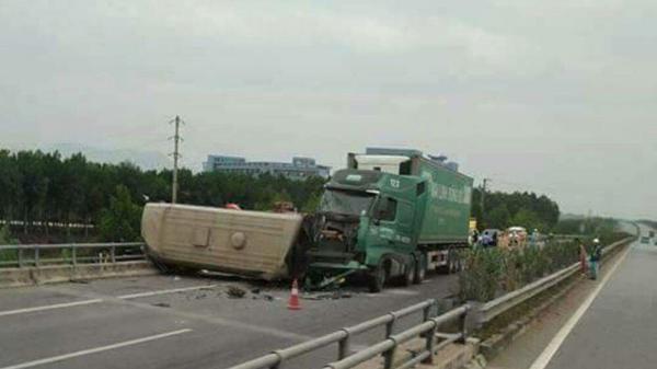 Vĩnh Phúc: Những thông tin mới nhất về vụ container tông lật xe khách kinh hoàng