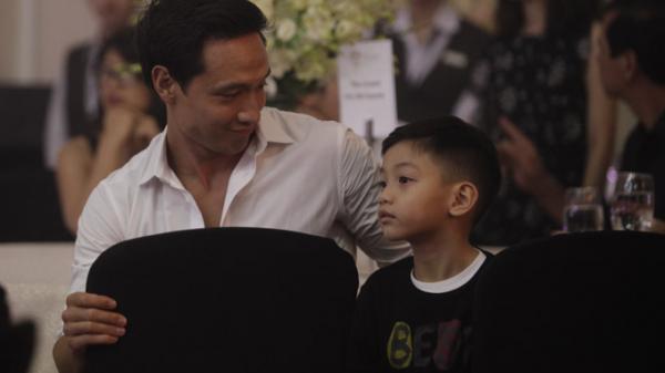 Kim Lý chăm sóc Subeo trong khi Hà Hồ biểu diễn ở Vũng Tàu