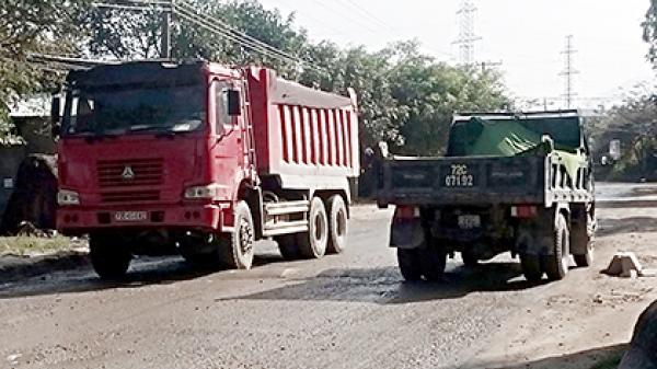 Bà Rịa - Vũng Tàu: Vì sao người dân thường xuyên chặn xe tải trên đường vào mỏ đá Ông Trịnh?
