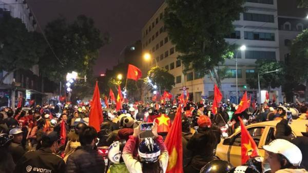 Người dân đổ ra đường ăn mừng sau chiến thắng của U23 Việt Nam