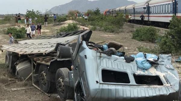 Tàu hỏa tông xe tải văng xa, đường sắt tê liệt tại Ninh Thuận