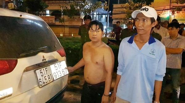 CSGT lục tung bãi cỏ bắt 2 anh em quê Long An chở thuốc lậu