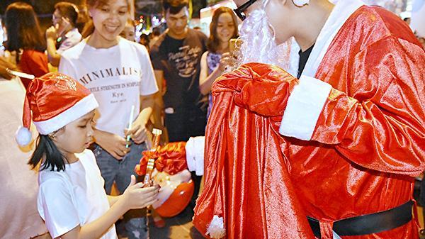 Bà Rịa-Vũng Tàu: Người dân náo nức xuống phố đón Giáng sinh