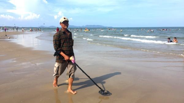 Nghề 'tìm vàng đánh rơi' trên bãi biển Vũng Tàu