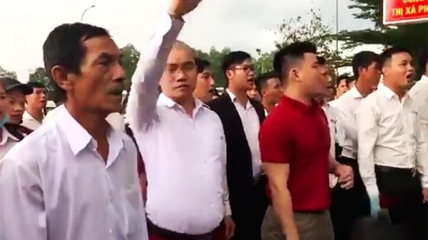 """Bà Rịa - Vũng Tàu: Nhiều người mặc áo """"Tập đoàn địa ốc Alibaba"""" đến trụ sở công an đòi thả người"""
