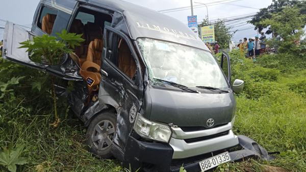 Xe khách tông nhau, nhiều người bị thương nghiêm trọng