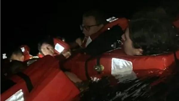Du khách nhảy xuống vùng biển có cá mập vì tàu bốc cháy