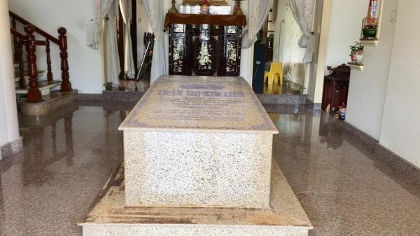 Bí ẩn ngôi mộ nằm giữa phòng khách trong căn biệt thự ở miền Tây
