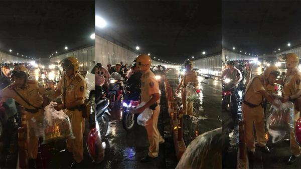 Chuyện tử tế đêm Trung thu: 2 chiến sĩ CSGT phát áo mưa cho người dân trong hầm Thủ Thiêm