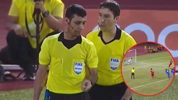 Bắt bài tiểu xảo trắng trợn của thủ môn Thái Lan, còn ai đẹp trai và quyết đoán hơn trọng tài?