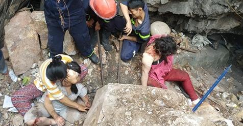 Cảnh sát giải cứu hai mẹ con bị tảng từ trên núi lăn xuống