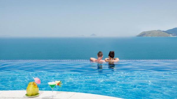 Bạn sẽ mê mẩn 3 hồ bơi 'tràn bờ biển' siêu đẹp và rất gần Sài Gòn này mất!
