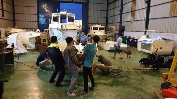 Vũng Tàu vận chuyển 8 chiếc xuồng bằng vật liệu PPC cứu trợ đồng bào miền Trung