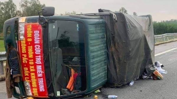 Xe tải chở hàng cứu trợ bị lật, tài xế nhập viện cấp cứu
