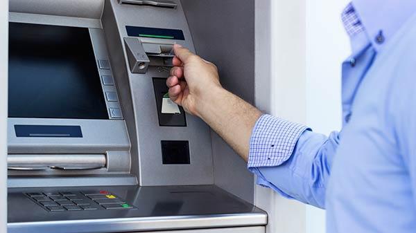 Cảnh giác: Lừa đổi tiền giả lấy tiền thật tại cây ATM