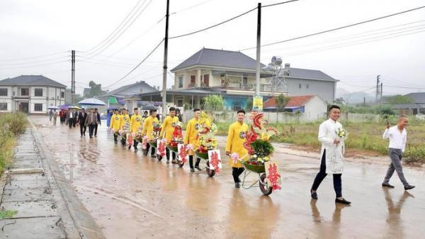 """Lễ ăn hỏi tại Thái Nguyên dùng xe rùa """"cực độc"""" gây sốt"""