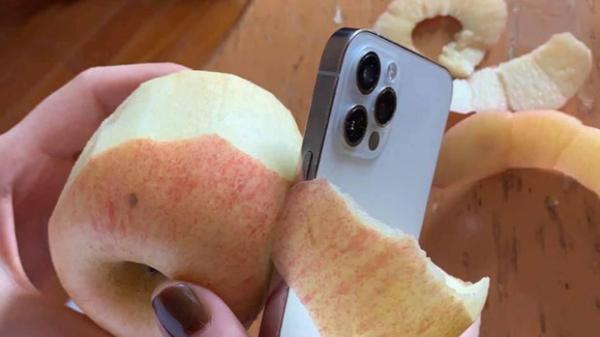 Tranh c.ã.i dữ dội việc viền iPhone 12 s.ắ.c b.é.n đến mức có thể g.ọ.t táo, làm đ.ứ.t tay