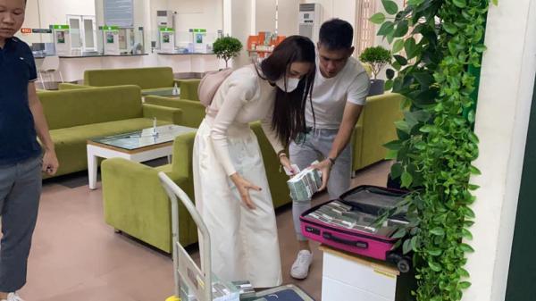 Thủy Tiên mang 'bao tải tiền', sẵn sàng hỗ trợ 7000 người dân ở Huế