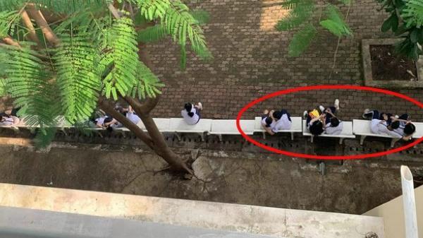 Khoảnh khắc giờ ra chơi của trường cấp 3: Toàn các cặp đôi ngồi sát rạt