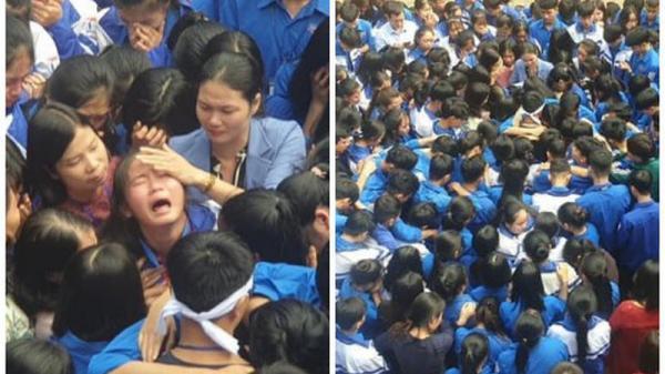 Cả ngàn thầy cô và học sinh ôm nhau bật khóc ngay giữa sân trường