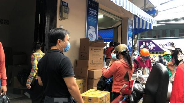 Lo Covid-19 quay lại, người dân TP.HCM đổ xô mua khẩu trang, giá vẫn giữ bình ổn
