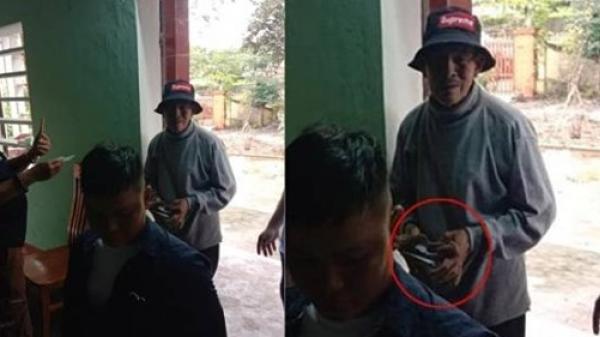Cụ ông 80 tuổi lội bộ hơn 1km để trả lại phong bì cứu trợ được phát dư, sợ người khác bị mất phần