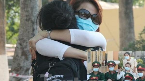 Rời nơi cách ly, cô gái Hàn Quốc nói 'em lỡ yêu chú bộ đội m.ất rồi'