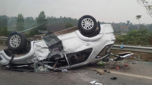 Fortuner chở 6 người lật trên cao tốc Nội Bài - Lào Cai