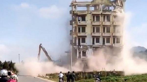 Clip tai nạn rợn người khi phá dỡ lâu đài 7 tầng của trùm ma túy Tàng Keangnam
