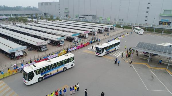 Samsung Việt Nam huy động 110 xe bus đưa nhân viên về tận nhà đón Tết