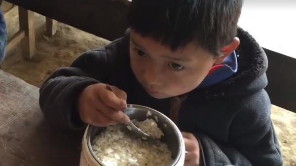 Nhói lòng cảnh cơm trắng không thức ăn của trò nghèo vùng cao