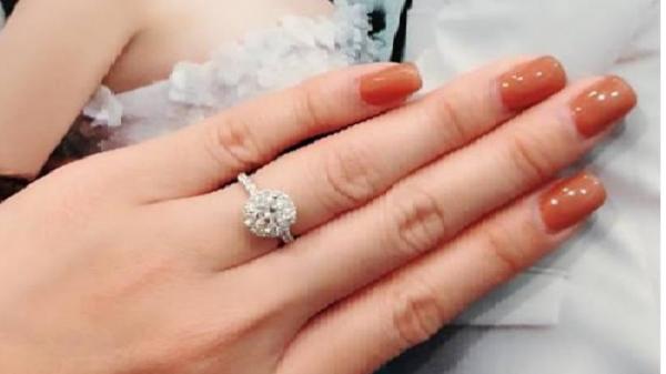 Khắc Việt tặng nhẫn kim cương cho bạn gái trước ngày trọng đại