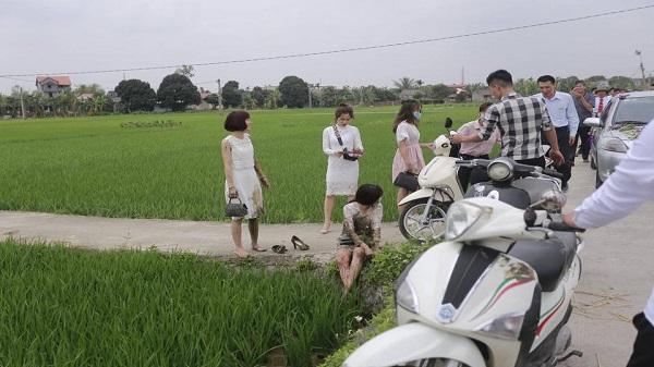 Góc đen đủi: Hai thiếu nữ váy trắng tinh khôi đang vi vu đi ăn cưới thì lao xuống ruộng