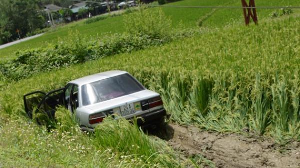 Yên Bái: Xe 4 chỗ 'nhảy dù' xuống ruộng lúa