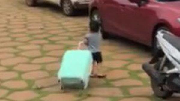 Cậu bé vừa nức nở khóc vừa thu dọn quần áo vào vali, đòi lên xe ô tô về nhà ngoại khi bị ba mắng vì quậy phá
