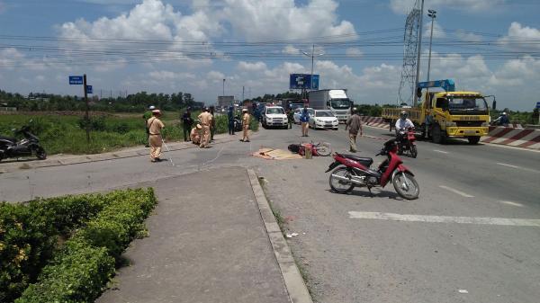 [XÓT XA]: 2 mẹ con bị xe tải kéo 500m, thương vong trên đường khi vừa đi khám bệnh