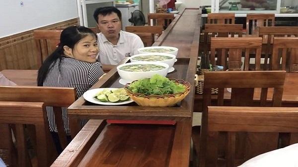 Quán phở lạ nhất Việt Nam ở Yên Bái:  Điều khiển từ xa, phở tự chạy ra mời khách