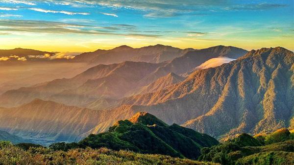 Ngắm bình minh đẹp mê hồn trên đỉnh Tà Chì Nhù, Yên Bái – ngọn núi cao thứ 6 Việt Nam