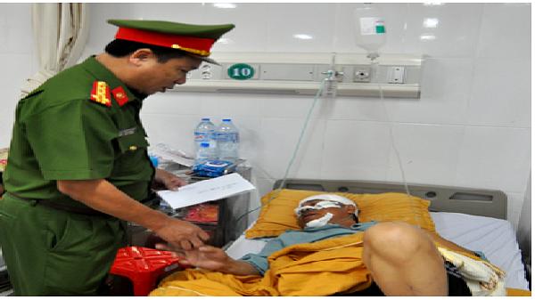 Ban An toàn giao thông tỉnh Yên Bái thăm hỏi trung tá cảnh sát giao thông bị thương khi làm nhiệm vụ