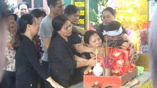 Nhói lòng hình ảnh mẹ nữ sinh lớp 10 ở Hải Dương ôm chặt di cốt con gái trong lễ tang