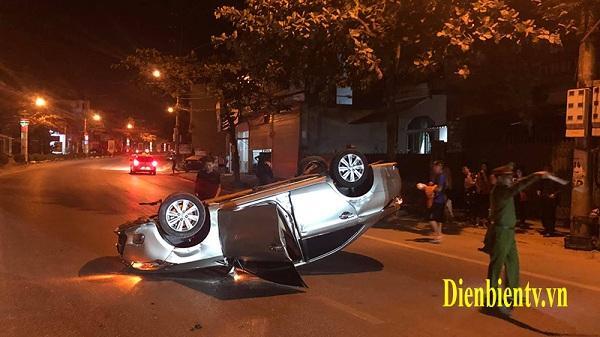 Va chạm giao thông, xe oto 4 chỗ lật ngửa giữa phố