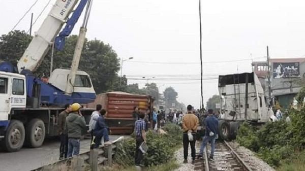 Va chạm với tàu hỏa, tài xế xe container may mắn thoát chết